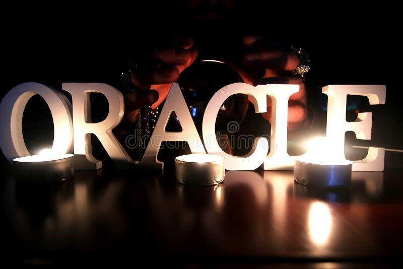 Oracle träffande framtida gwith glass orb på en tabell royaltyfria foton