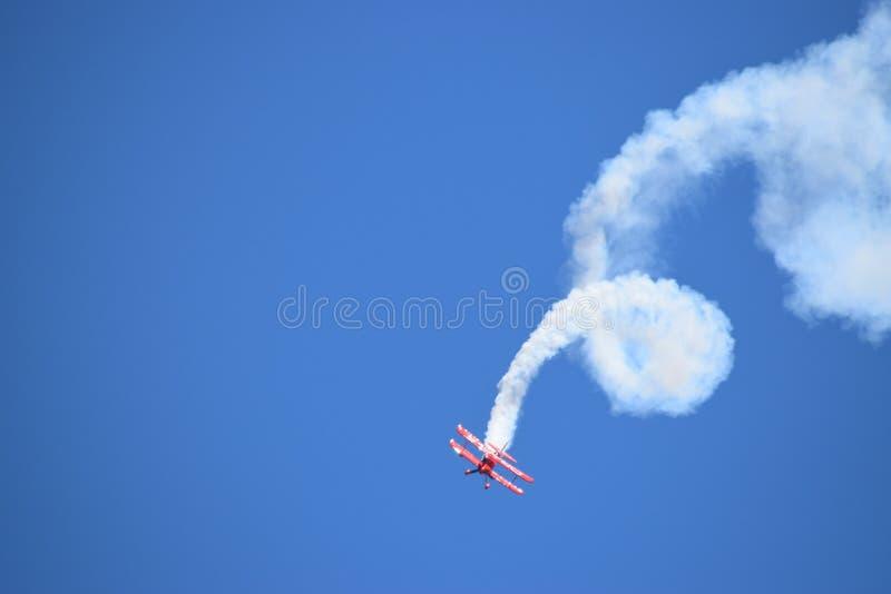 Oracle wyczynu kaskaderskiego samolot wykonuje corkscrew obraz royalty free