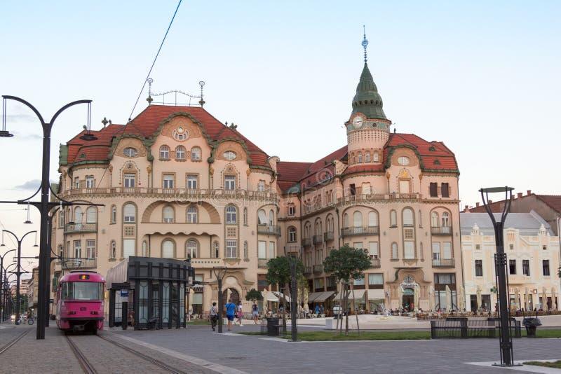 ORADEA, ROMÊNIA - 13 de julho: Eagle Palace Palatul Vulturul preto fotos de stock royalty free