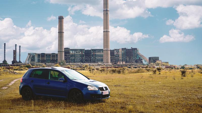Oradea/Rumänien May 25, 2019: Blaues Volkswagen Golf mk5 GTI auf einer Rasenfläche stockfotografie
