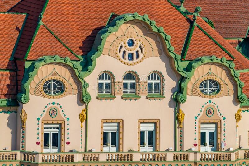 ORADEA RUMÄNIEN - 28 APRIL, 2018: Härlig arkitektur i den historiska mitten av Oradea, Union Square, Rumänien royaltyfria foton