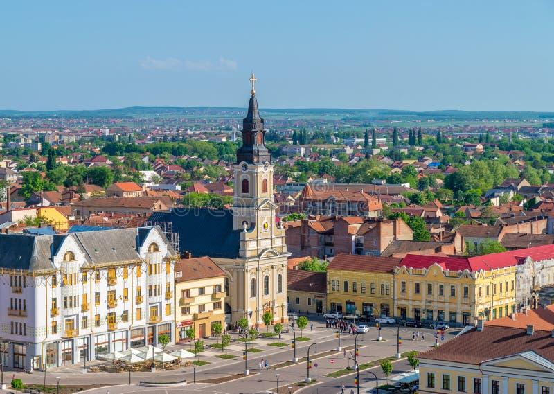ORADEA, RUMANIA - 28 DE ABRIL DE 2018: Iglesia con la luna en Union Square visto desde arriba en Oradea, Rumania foto de archivo