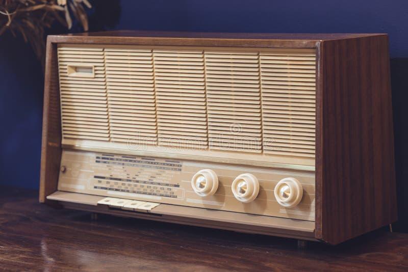 Orador análogo velho do amplificador do rádio do vintage fotografia de stock