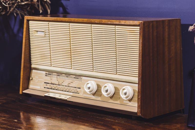 Orador análogo velho do amplificador do rádio do vintage imagem de stock