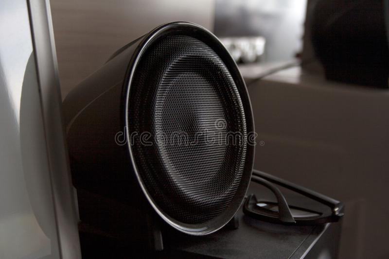 Orador audio preto no interior home foto de stock royalty free