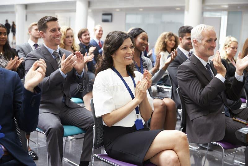 Orador de aplauso da audiência após a apresentação da conferência foto de stock