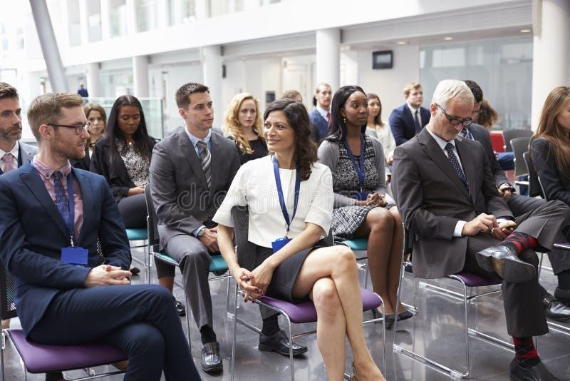 Orador de espera da audiência na apresentação da conferência imagens de stock