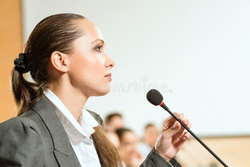Orador fêmea fotografia de stock