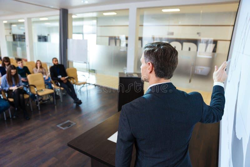 Orador inteligente na conferência de negócio no salão de reunião imagem de stock royalty free