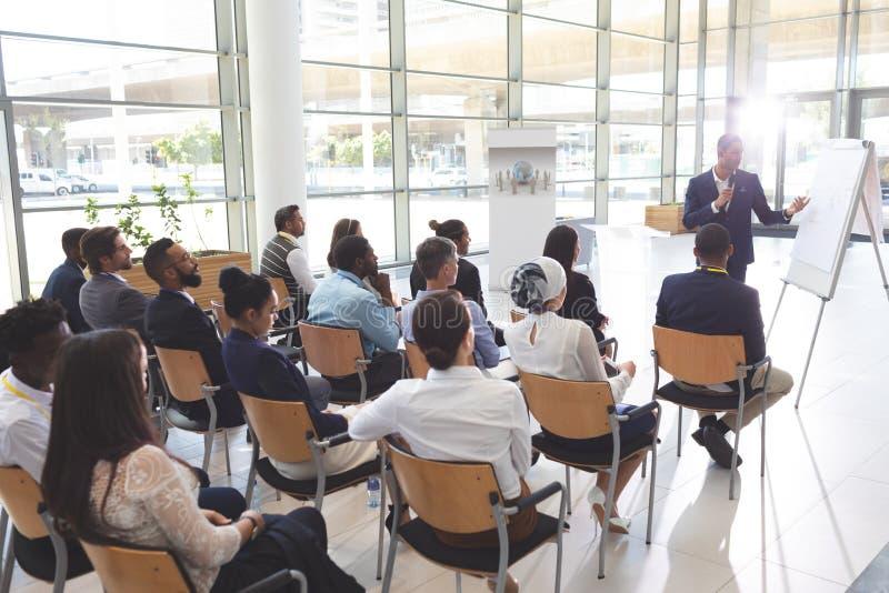 Orador masculino que fala em um seminário do negócio foto de stock royalty free