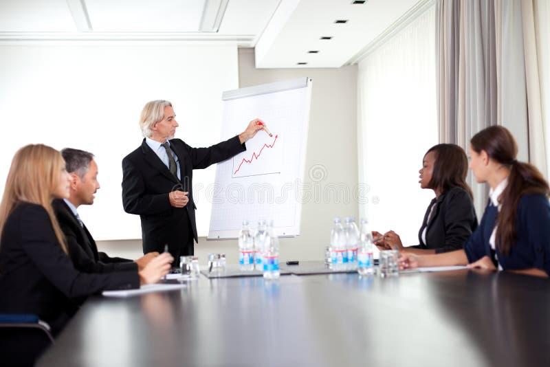 Orador masculino superior que dá uma apresentação imagem de stock