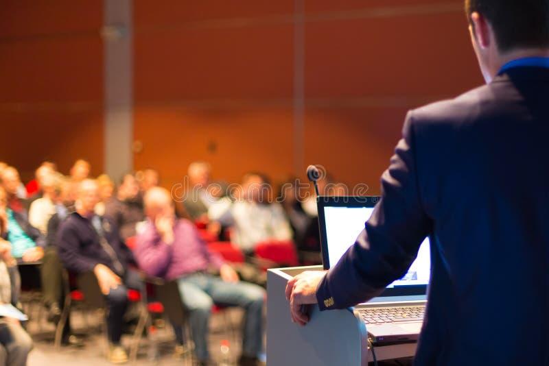 Orador na conferência e na apresentação de negócio fotografia de stock