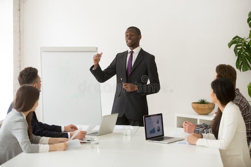 Orador ou treinador africano seguro do negócio que dá a apresentação imagem de stock royalty free