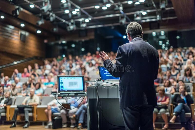 Orador público que dá a conversa no evento do negócio fotos de stock royalty free