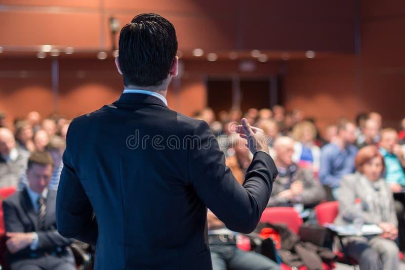 Orador público que dá a conversa no evento do negócio imagens de stock royalty free