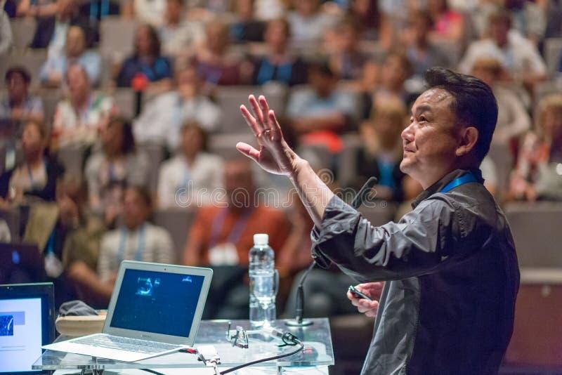 Orador público que dá a conversa no evento do negócio fotografia de stock royalty free