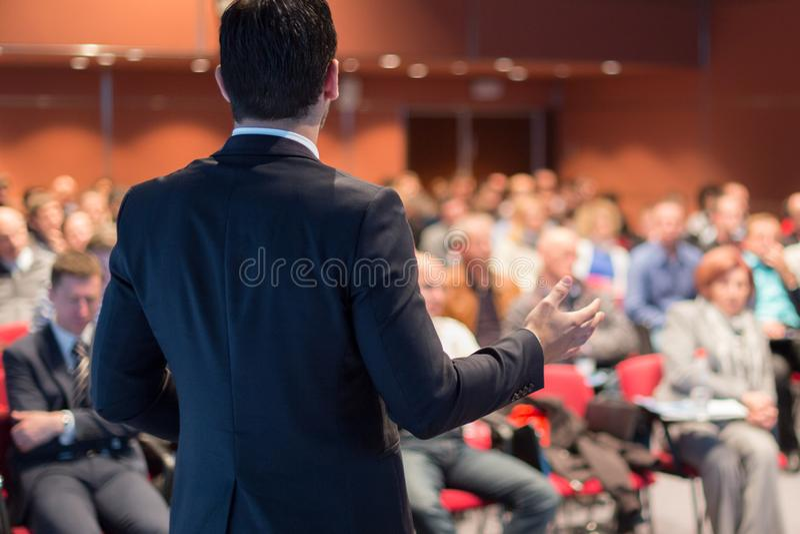 Orador p?blico que d? a conversa no evento do neg?cio imagem de stock royalty free