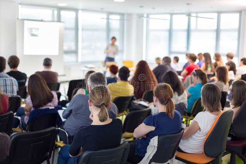 Orador que dá a conversa da apresentação na conferência de negócio imagem de stock
