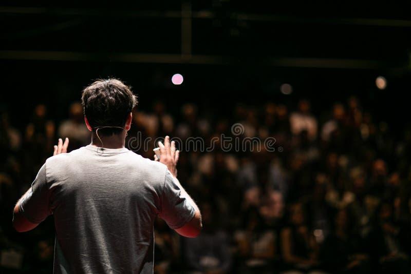 Orador que dá uma conversa na conferência de empresa fotografia de stock