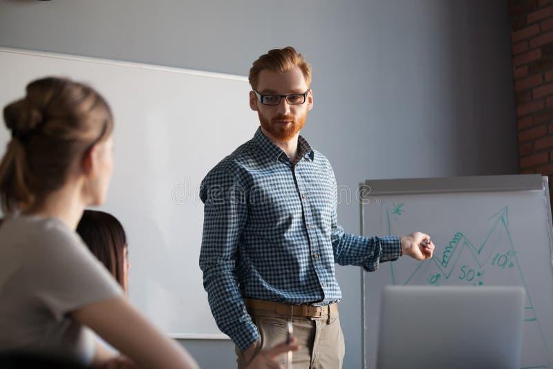 Orador seguro, líder da equipa, treinador do negócio que dá o presentati imagem de stock