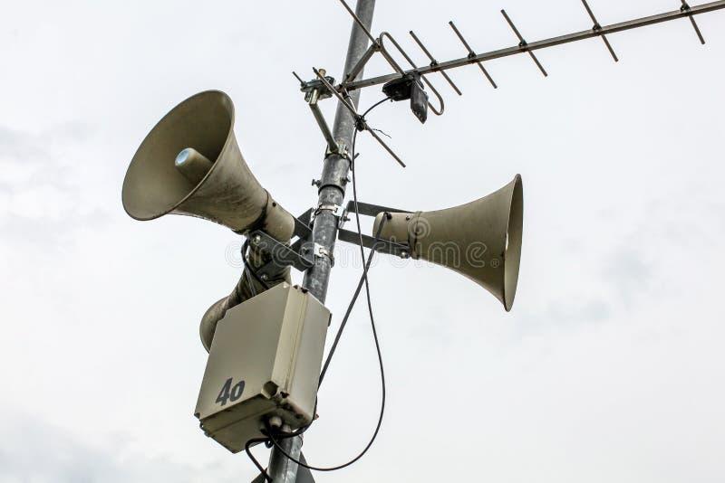 Oradores públicos do sistema de endereços em um polo, em uma antena e em uma caixa com n imagens de stock