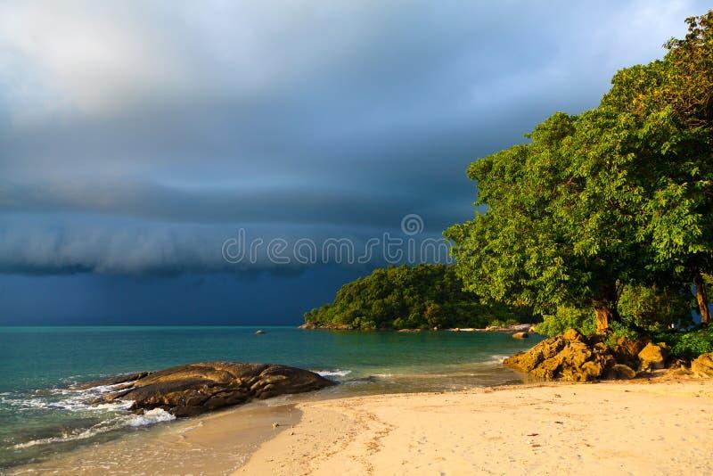 Orage approchant la plage images stock