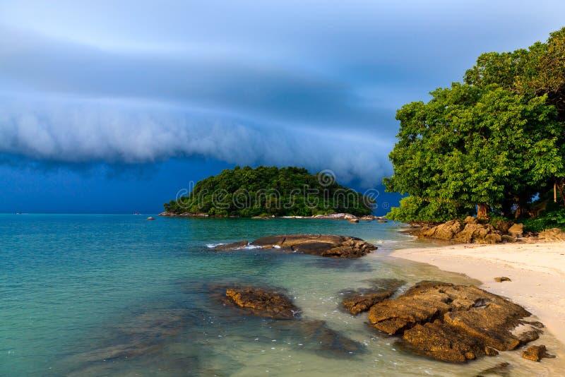 Orage approchant la plage photo stock