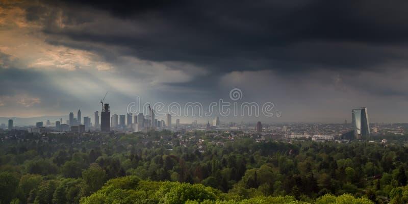 Orage au-dessus de la ville de Francfort sur Main photos stock