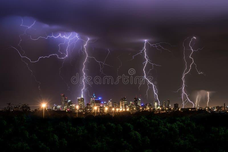 Orage au-dessus de ville de Melbourne images stock
