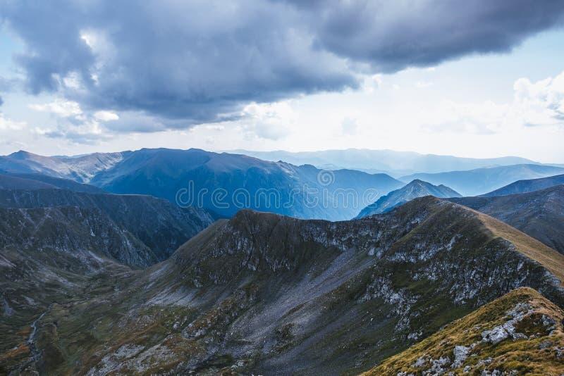 Orage d'été aproaching au coeur des montagnes de Fagaras en Roumanie Arêtes de montagne image libre de droits