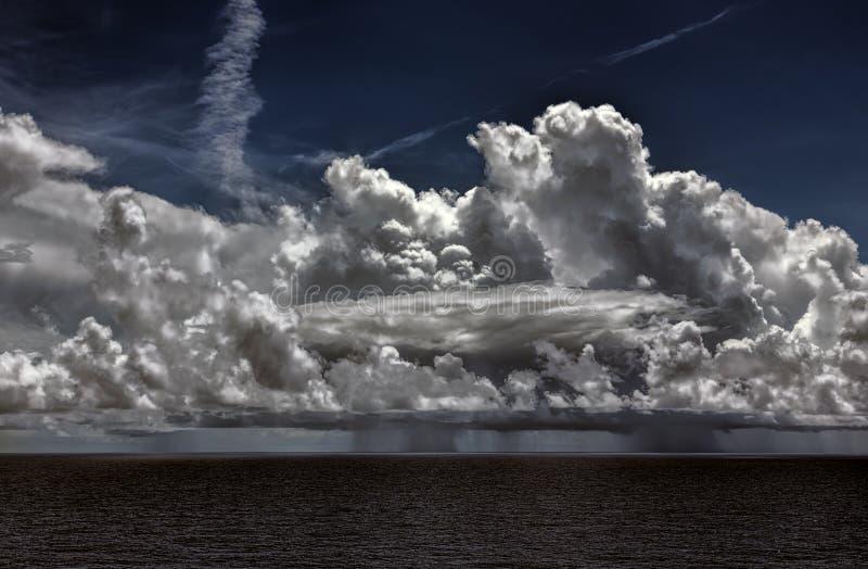 Orage d'océan avec les cumulonimbus et la pluie photo stock