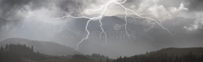 Orage dans les Carpathiens images stock