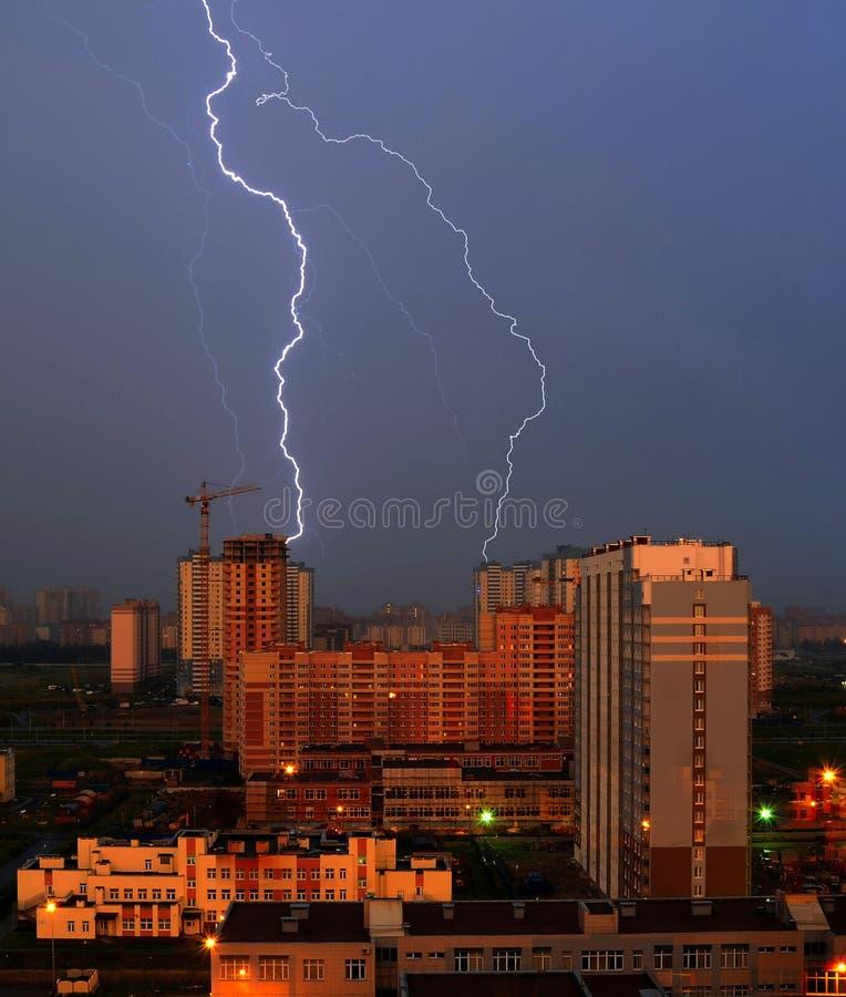 Orage de nuit au-dessus de la ville et grèves surprise dans le gratte-ciel photographie stock libre de droits
