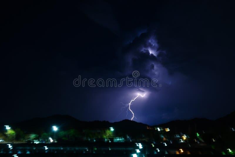 Orage la nuit avec la foudre photos stock