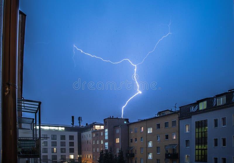 Orage pendant la nuit : Foudre sur le ciel, ville urbaine, Autriche photographie stock libre de droits
