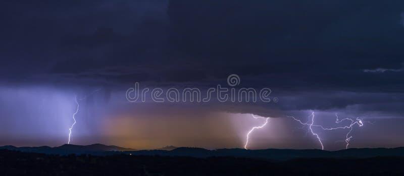 Orage puissant au-dessus des collines la nuit photo stock