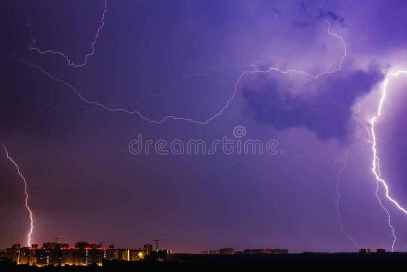 Orages ciel bleu et foudres vifs au-dessus de ville de nuit image libre de droits