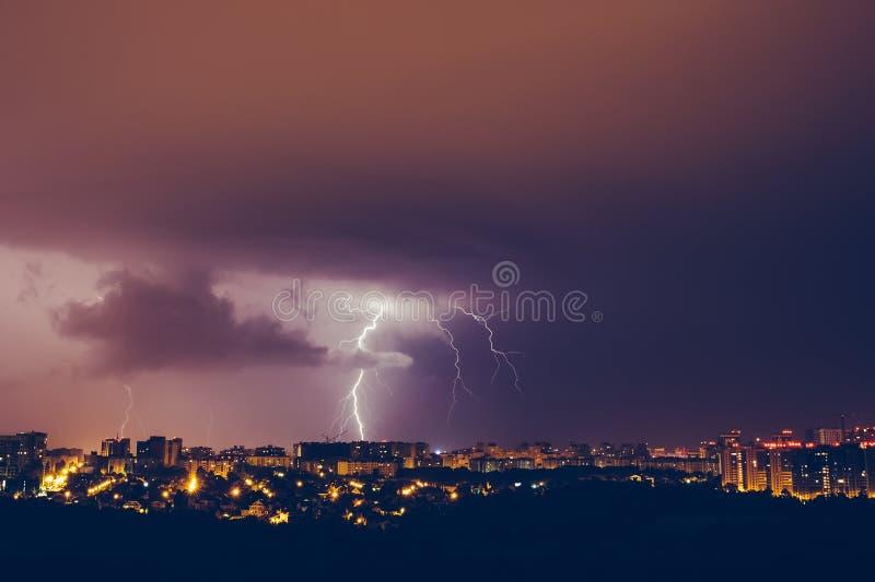 Orages ciel bleu et foudres vifs au-dessus de ville de nuit image stock