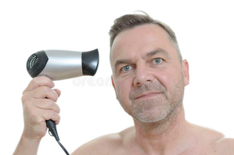 Orakat manslag som torkar hans korta hår royaltyfria foton