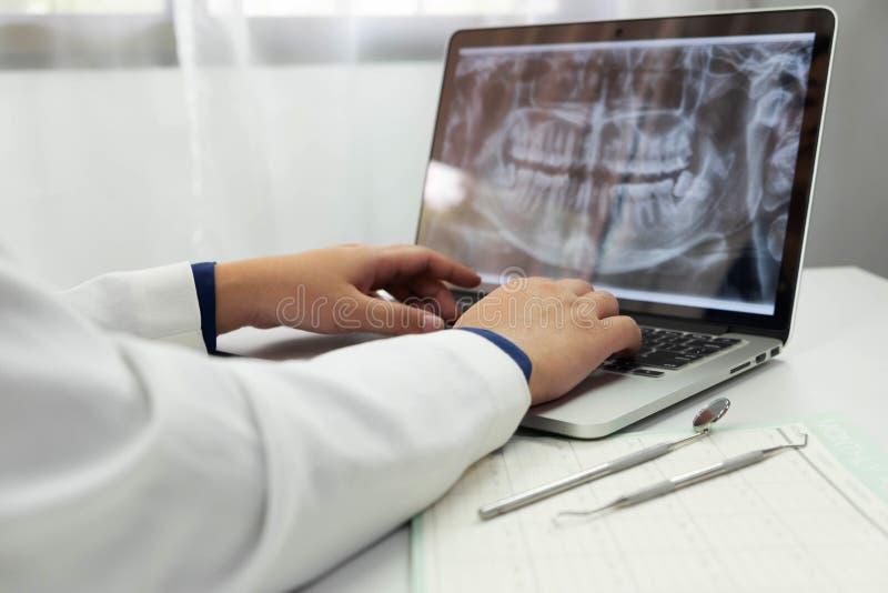 Orales der zahnmedizinischen Behandlung Zahnarzt-Dental-Überprüfung lizenzfreie stockfotografie