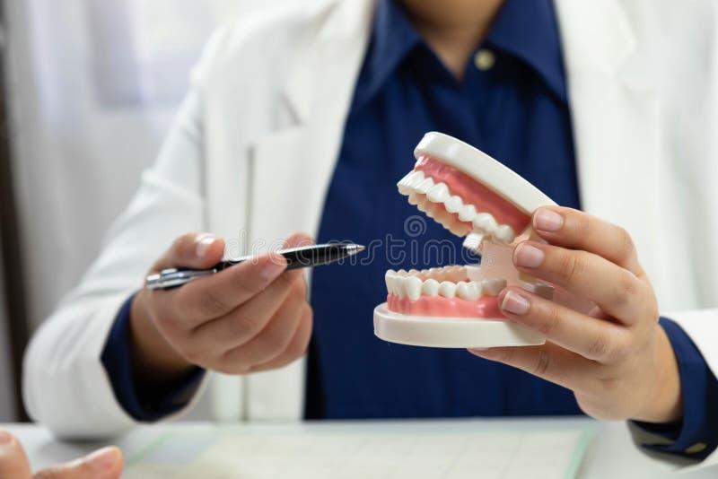 Orales der zahnmedizinischen Behandlung Zahnarzt-Dental-Überprüfung lizenzfreie stockfotos