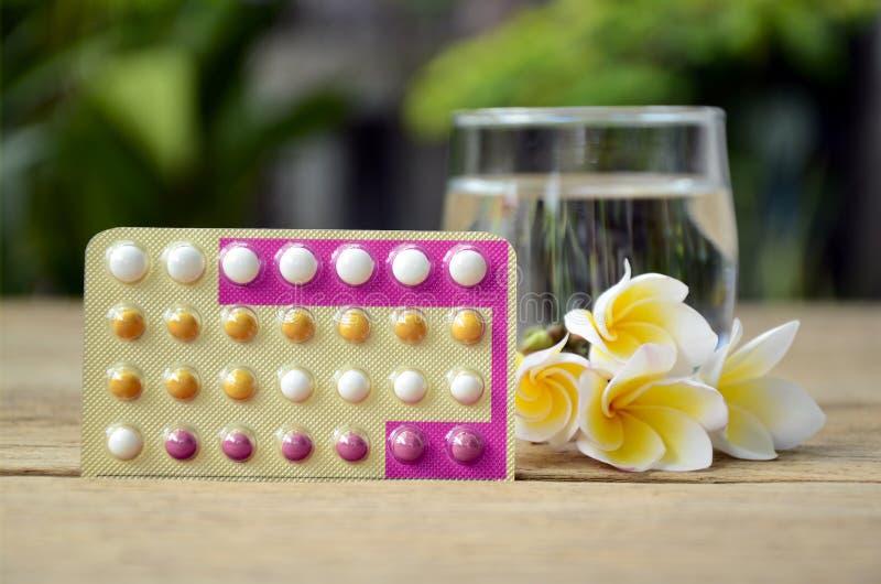 Oralna antykoncepcyjnej pigułki edukacja z triphasic pigułkami zdjęcia royalty free