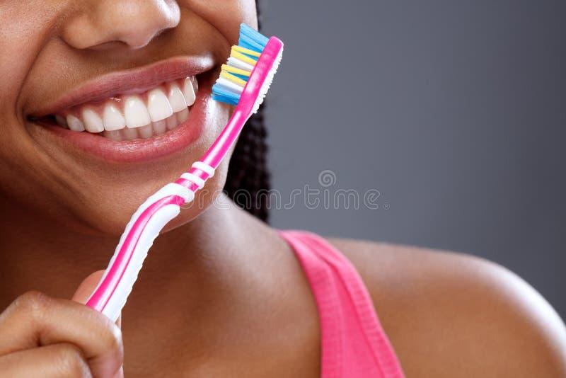 Oralna higiena z toothbrush w girl's wręcza, zamyka w górę, obraz stock