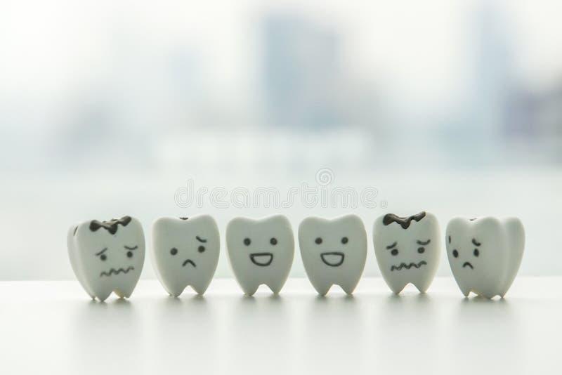 Oralna zdrowie ikona odosobneni zdrowi zęby i gnijąca ząb kreskówka z - smiley i smutną twarzą zdjęcie royalty free