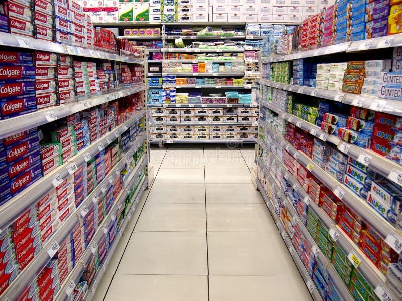 Oralni opieka produkty i stołowe pieluchy na półkach sklep spożywczy fotografia stock