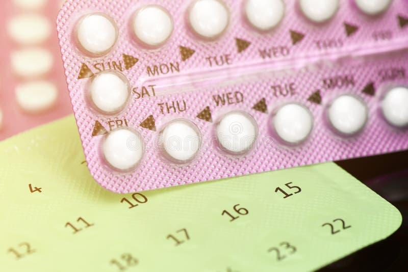 Oralny antykoncepcyjnej pigułki edukacji pojęcie na ciemnym tle fotografia stock
