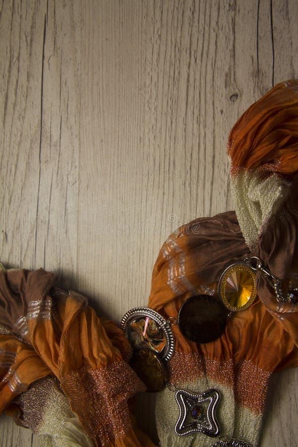 Orande katoenen sjaal op houten achtergrond royalty-vrije stock foto