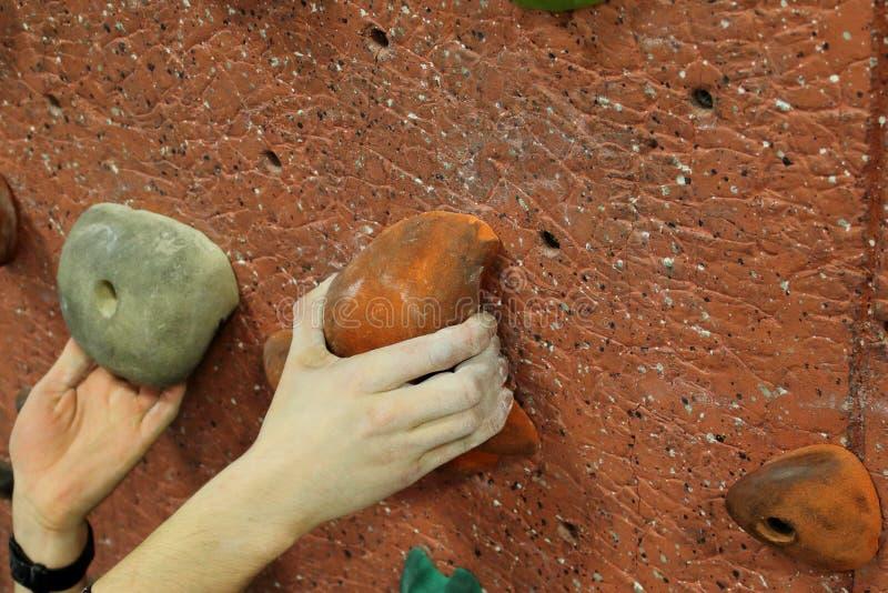 Orange Abschluss des Bergsteigers zwei Hand lizenzfreie stockfotos