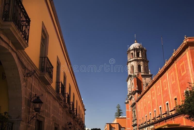 Orange Adobe-Wand-Francisco-Kirche Mexiko stockfotos