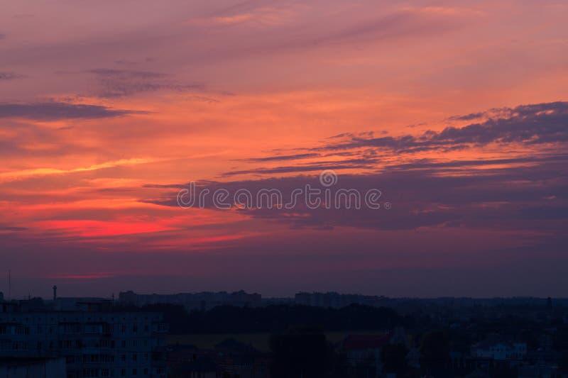 Orange aftonhimmel med den suddiga solen på horisonthostaketet Idérik idé underexponerat foto arkivfoto